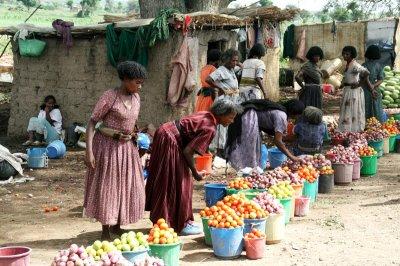 Road vendors of tomatoes